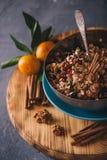 Les ingrédients pour faire des biscuits d'avoine ont servi avec les mandarines fraîches Photo stock