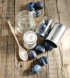 Les ingrédients pour la prune bloquent la vue supérieure de fond de Plum Sugar Water Wooden images libres de droits