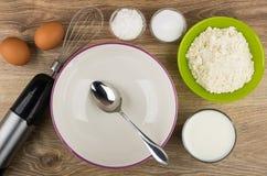 Les ingrédients pour préparer des crêpes, cuvette et électrique vides blen Photos stock