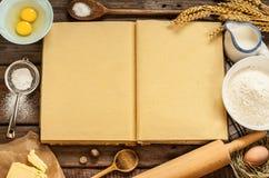 Les ingrédients ruraux de gâteau de cuisson de cuisine et le cuisinier vide réservent Images stock