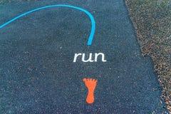 Les inscriptions et les dessins ont conçu pour jouer sur l'asphalte, créent image stock