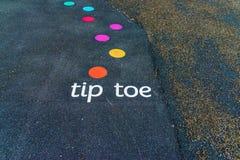 Les inscriptions et les dessins ont conçu pour jouer sur l'asphalte, créent photo libre de droits