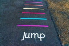 Les inscriptions et les dessins ont conçu pour jouer sur l'asphalte, créent photo stock