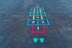 Les inscriptions et les dessins ont conçu pour jouer sur l'asphalte, créent photos stock