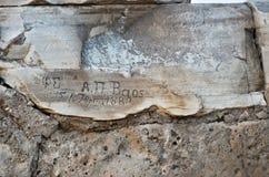 Les inscriptions ont découpé dans le temple de Poseidon en Grèce Photos libres de droits