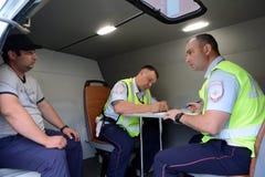 Les inspecteurs du service de patrouille de police de route exécutent un protocole relatif à la violation des règles de la circul Images stock