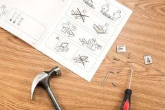Les instructions d'Ikea pour des meubles se réunissant avec des outils image libre de droits
