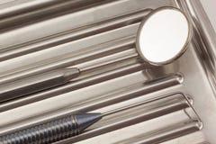 Les instruments dentaires se situent dans un plateau médical images libres de droits