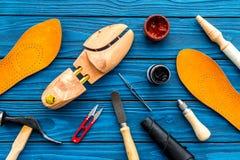 Les instruments et les matériaux pour font des chaussures Bureau de travail du ` s de cordonnier Hummer, alêne, couteau, sciccors photographie stock
