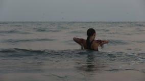 Les interprètes de fille dansent des cascades acrobatiques dans l'eau banque de vidéos