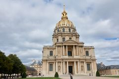 Les invalides in bewolkt weer Aantrekkelijkheden in Parijs royalty-vrije stock afbeelding