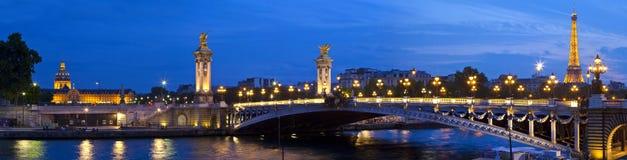 Les Invalides, Pont Alejandro III y la torre Eiffel en París Foto de archivo