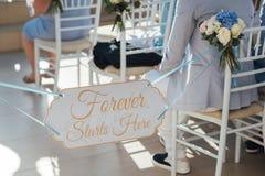 Les invités attendent les jeunes mariés à la cérémonie de mariage sur l'île de Santorini photos stock