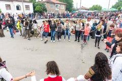 Les invités des jeux de Nestinar dansent dans la place du village des Bulgares Images libres de droits