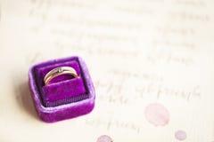 Les invitations et le vintage de mariage sonnent dans la boîte de velours Image libre de droits