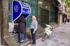 Les Iraniens se tiennent sur le point d'avoir l'atmosphère, Kashan, Iran photo stock