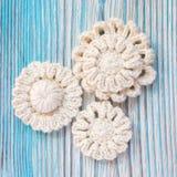 Les Irlandais blancs font du crochet les fleurs tricotées pour Noël ou la Saint-Valentin Image stock