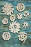 Les Irlandais blancs font du crochet les fleurs tricotées pour Noël ou la Saint-Valentin Photographie stock