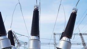 Les isolateurs résistants à la chaleur attachent des fils à la sous-station électrique banque de vidéos