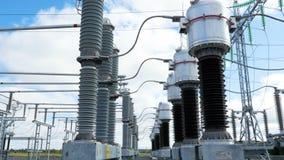 Les isolateurs relient différentes parties d'installations électriques banque de vidéos