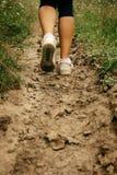 les jambes élégantes de femme dans des espadrilles marchant sur la terre, exercice se surpassent Image libre de droits