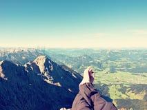 Les jambes croisées prennent un repos sur la traînée de montagne fatigante Jambes masculines en sueur dans la détente foncée de p Photos libres de droits