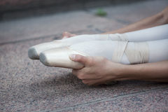 Les jambes d'une ballerine Photos stock