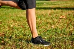 Les jambes d'une femme courante Photographie stock libre de droits