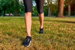 Les jambes d'une femme courante Photo stock