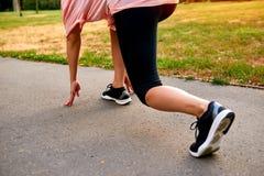 Les jambes de derrière d'une femme courante Photo stock