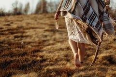 Les jambes de femme dans le boho américain indien indigène habillent la marche dans venteux photographie stock libre de droits