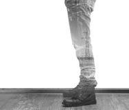 Les jambes de l'homme avec le noir et le whi de double exposition de pylônes de lignes électriques Photos stock
