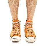 Les jambes de l'homme dans des chaussures d'orange de vintage Photo libre de droits