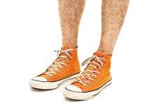 Les jambes de l'homme dans des chaussures d'orange de vintage Photographie stock libre de droits