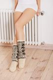 Les jambes de la femme dans les chaussettes Image stock