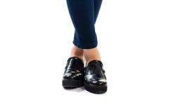 Les jambes de la femme dans les chaussures noires Images stock