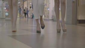 Les jambes de la femme font un pas dans le mouvement lent dans le centre commercial banque de vidéos