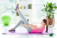 Les jambes de loisirs de mode de vie mises vers le haut de la pose à l'intérieur façonnent le cardio- concep Image stock
