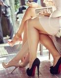 Les jambes des belles femmes avec les robes beiges courtes Photos libres de droits