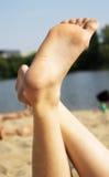 Les jambes des femmes sur la plage Photos stock