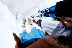 Les jambes des personnes sur le fisheye blanc de fond d'hiver de neige Image libre de droits