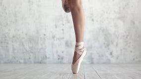 Les jambes du ` s de ballerine dans le pointe chausse le plan rapproché banque de vidéos