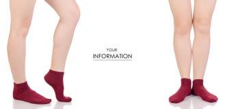 Les jambes femelles dans les chaussettes rouges de coton ont placé le modèle Image libre de droits