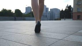 Les jambes femelles dans des talons hauts chausse la marche dans la rue urbaine Pieds de jeune femme d'affaires dans aller à talo clips vidéos