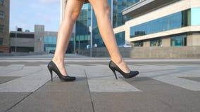 Les jambes femelles dans des talons hauts chausse la marche dans la rue urbaine Pieds de jeune femme d'affaires dans aller à talo Images libres de droits