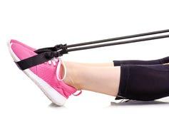 Les jambes femelles folâtre l'extenseur d'exercices de sports d'espadrilles de guêtres pour des jambes Photos libres de droits