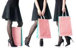 Les jambes femelles r?gl?es dans les sacs noirs de chaussures de talons hauts empaquettent la mode noire de jupe images stock