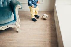 Les jambes un petit enfant jouant la boule Image libre de droits