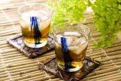 Les Japonais boivent en été image stock