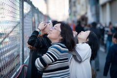 Les Japonais regardent vers le haut l'arbre de ciel de Tokyo Images stock